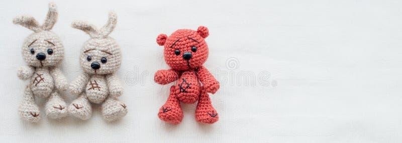 Små stack röda nallebjörnar och vita hare royaltyfri foto