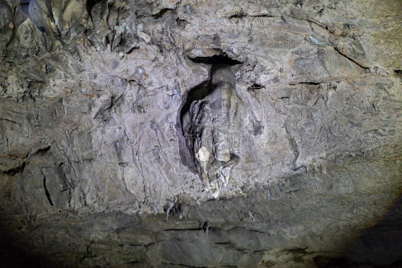 Små stalaktit, vaggar bildande i en grotta på bågarna ett stenbildande som är liknande till ett slagträ arkivbilder
