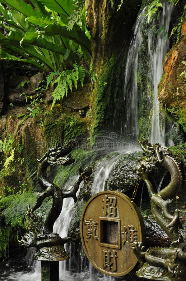 Små statyer för vattenfall och för traditionell kines tempel royaltyfri fotografi