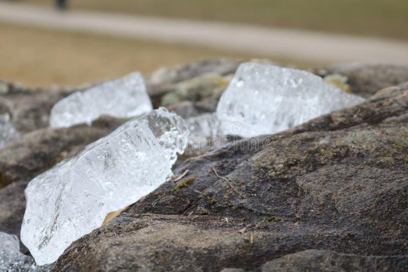 Små stycken av is som frysas på stenen royaltyfria foton