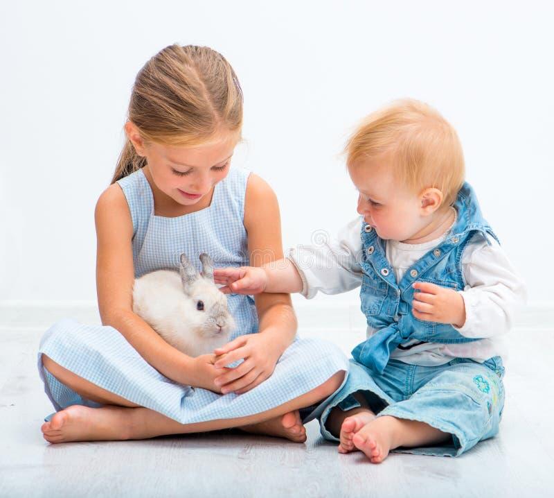Små systrar med en kanin royaltyfria foton