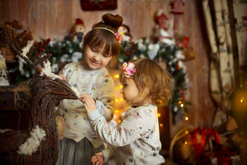 Små systrar på julaftonen royaltyfri bild