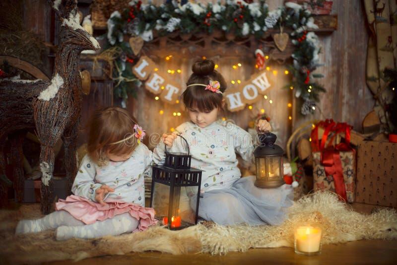 Små systrar på julaftonen arkivfoton