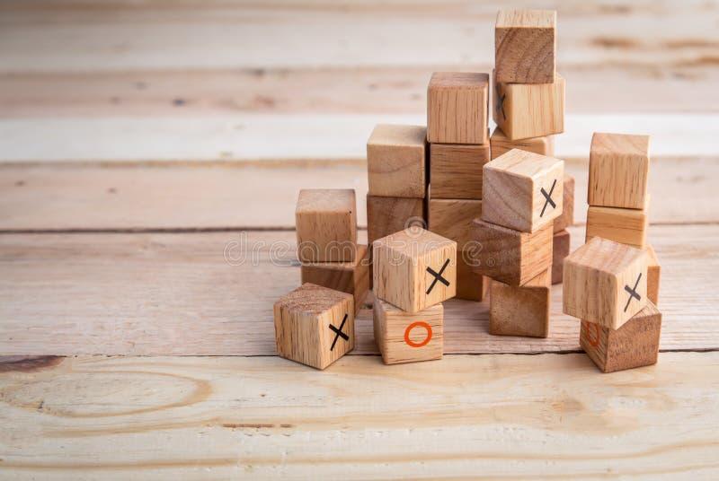 Små trä leker med nolla och x-symbolkvarter på trätabellen fotografering för bildbyråer
