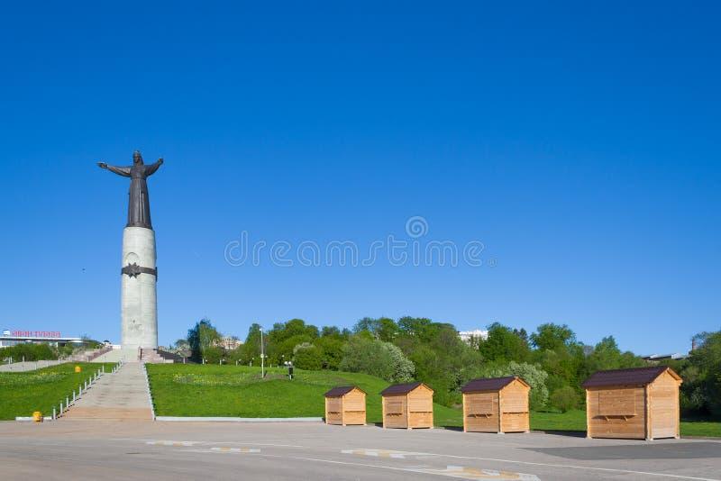 Små trähus (handelpaviljonger) och fjärd för manumentmoderbeskyddare i staden av Cheboksary, Chuvashrepublik royaltyfri fotografi