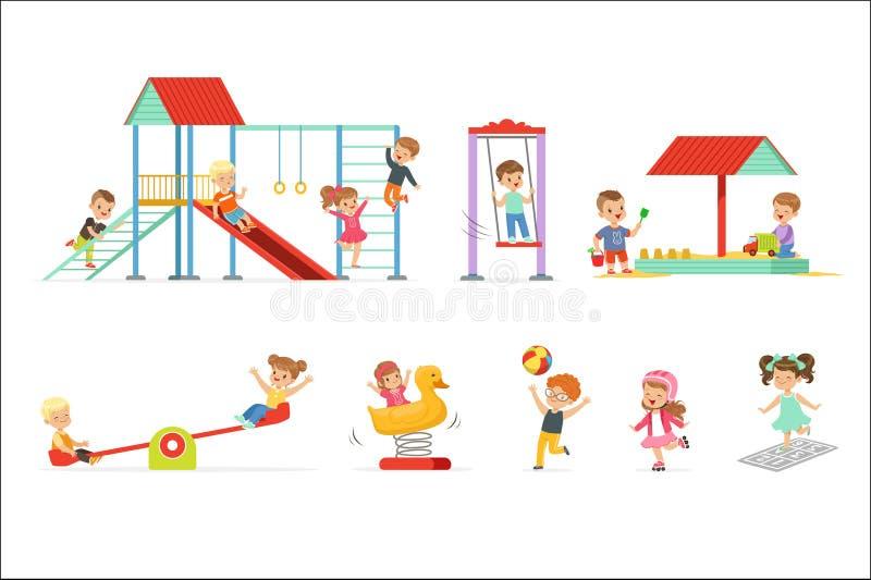 Små ungar för gullig tecknad film som spelar och har gyckel på lekplatsuppsättningen, barn som utomhus spelar vektorillustratione royaltyfri illustrationer