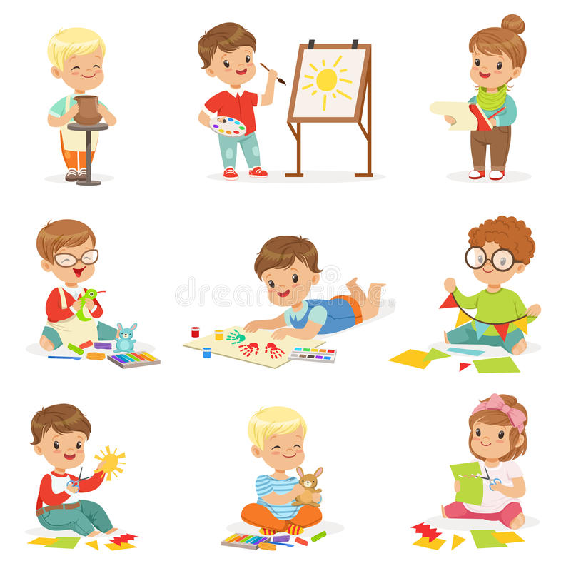 Små ungar i Art Class In School Doing olika idérika aktiviteter, målning och att arbeta med spackel- och klipppapper royaltyfri illustrationer