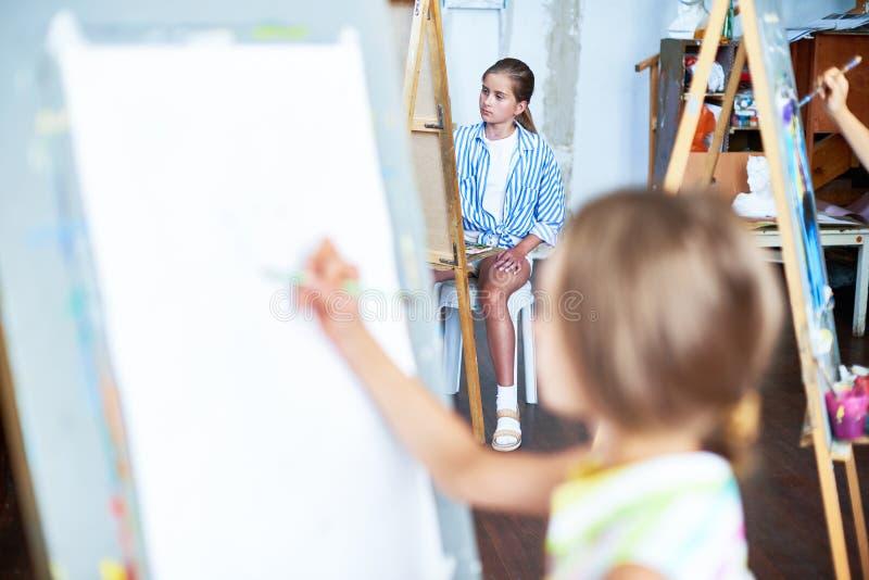 Små ungar i Art Therapy arkivbilder