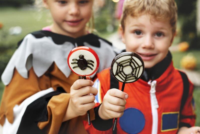 Små ungar på allhelgonaaftonpartiet royaltyfri foto