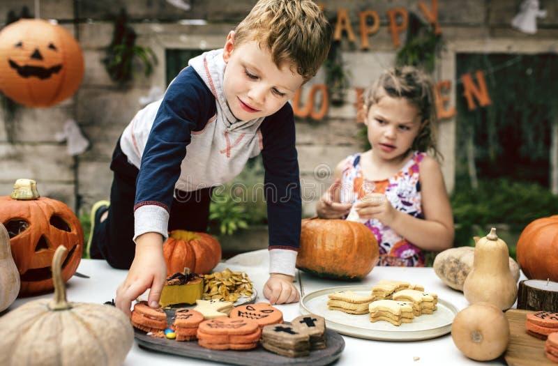 Små ungar på allhelgonaaftonpartiet royaltyfri fotografi