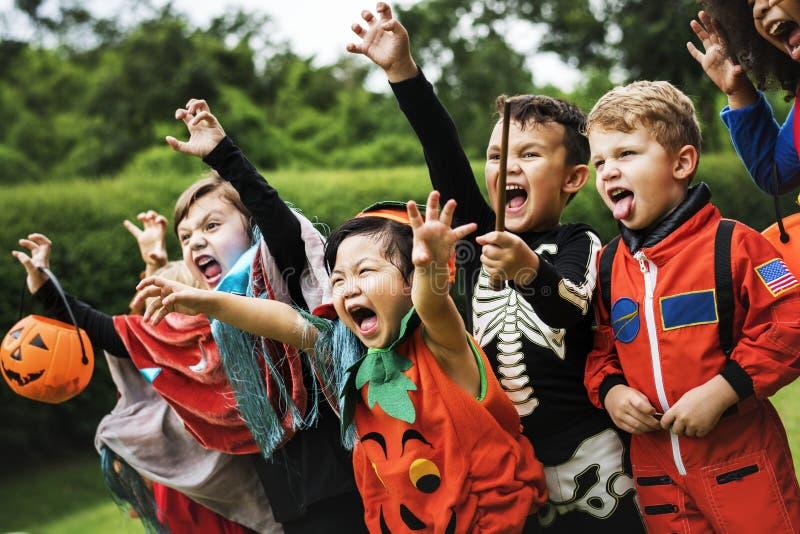 Små ungar på ett allhelgonaaftonparti royaltyfria foton