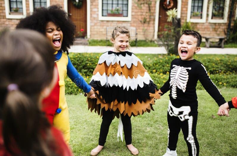 Små ungar på ett allhelgonaaftonparti royaltyfria bilder