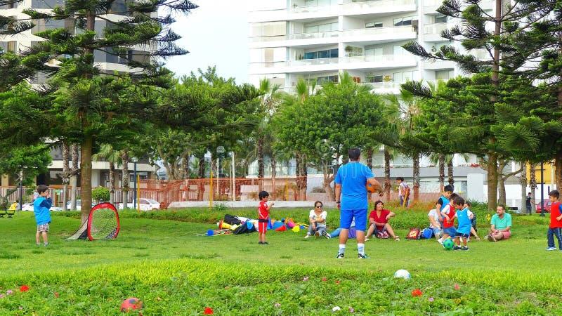 Små ungar som spelar fotboll på Miraflores, parkerar fotografering för bildbyråer