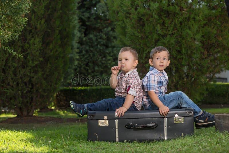 Små ungar som utomhus spelar royaltyfri bild