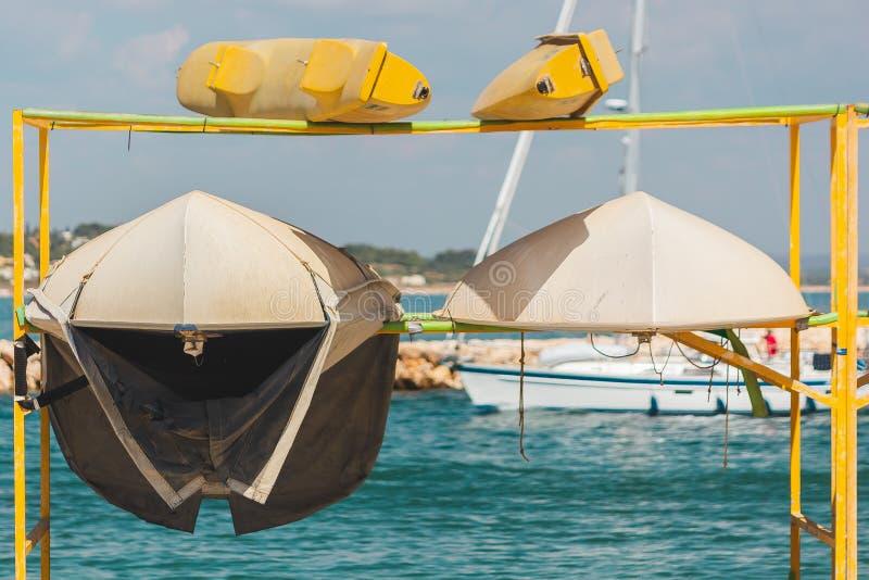 Små uthyrnings- fartyg/kajaker på en kugge på Lagos, Portugal fotografering för bildbyråer