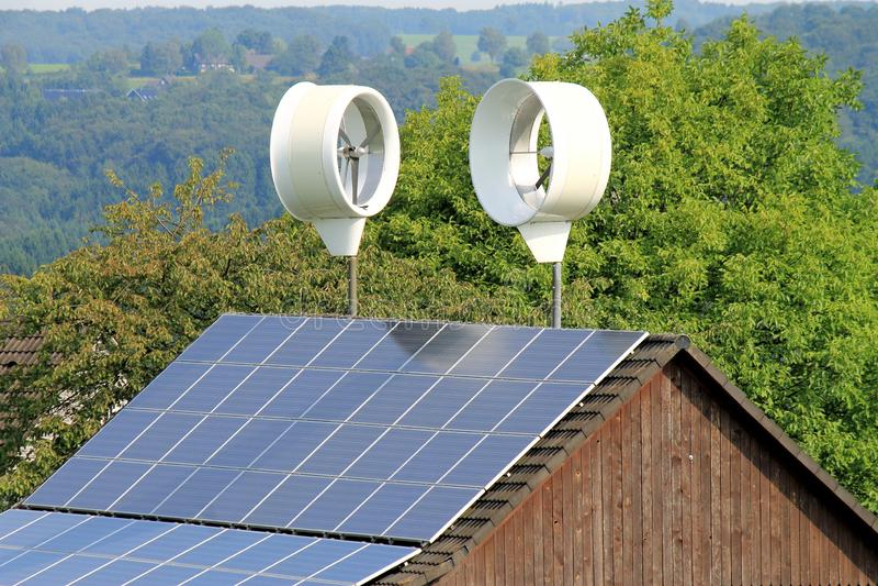 Små vindturbiner på taket för privat använda arkivfoto