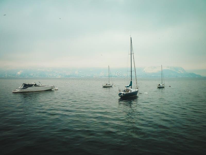 Små yachter på sjön i vinter arkivfoton