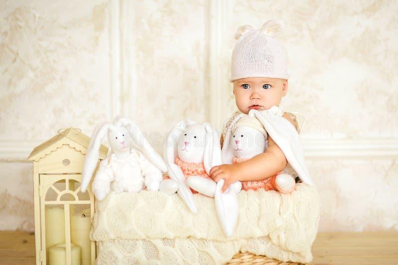 Småbarnet i en dräkt av en hare 7 royaltyfri bild