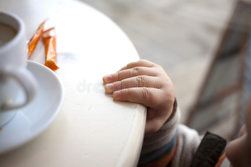 Småbarnets hand arkivbilder