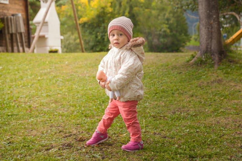 Småbarnflicka som utomhus spelar royaltyfri foto