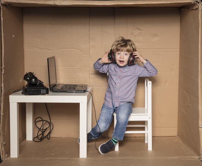 Småföretagaren lyssnar till musik på arbete arkivfoton