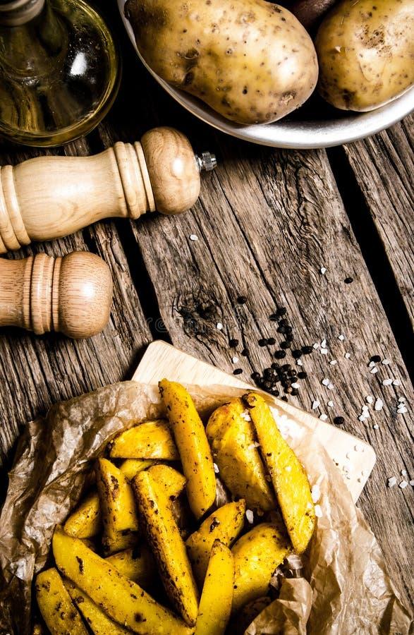 Småfiskar med kryddor och saltar på träbakgrund royaltyfria bilder