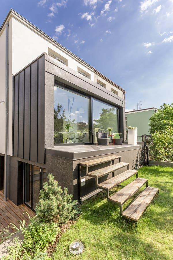 Småhus med en veranda arkivfoton