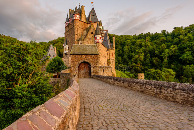 SmåstadEltz slott i Rheinland-Pfalz på solnedgången royaltyfri fotografi
