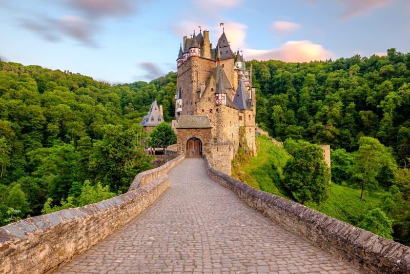 SmåstadEltz slott i Rheinland-Pfalz på solnedgången arkivfoto