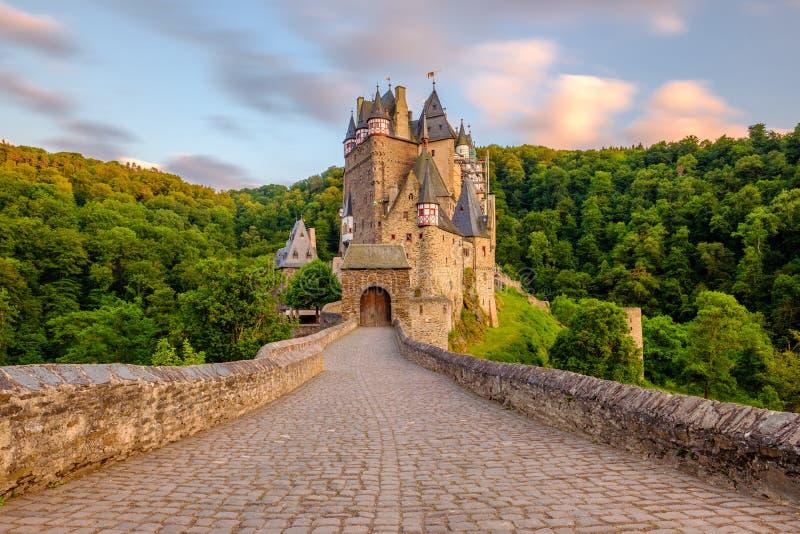 SmåstadEltz slott i Rheinland-Pfalz på solnedgången arkivfoton