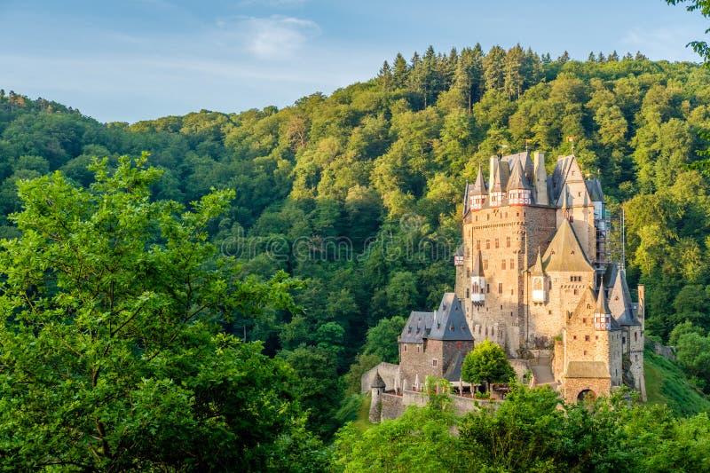 SmåstadEltz slott i Rheinland-Pfalz, Tyskland royaltyfri foto