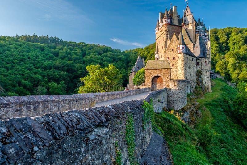 SmåstadEltz slott i Rheinland-Pfalz, Tyskland royaltyfri fotografi