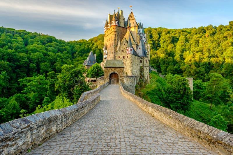 SmåstadEltz slott i Rheinland-Pfalz, Tyskland royaltyfri bild