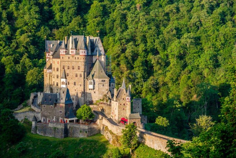SmåstadEltz slott i Rheinland-Pfalz, Tyskland royaltyfria bilder