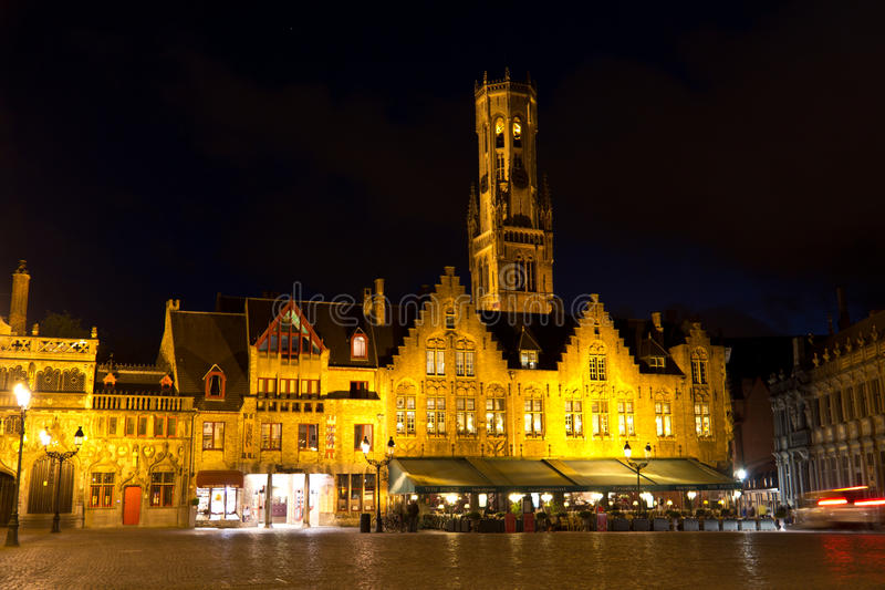 Småstadfyrkant i Bruges, Belgien under aftonen royaltyfria foton