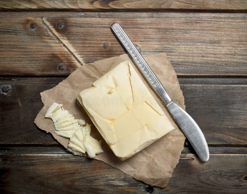 Smör med en kniv arkivbild