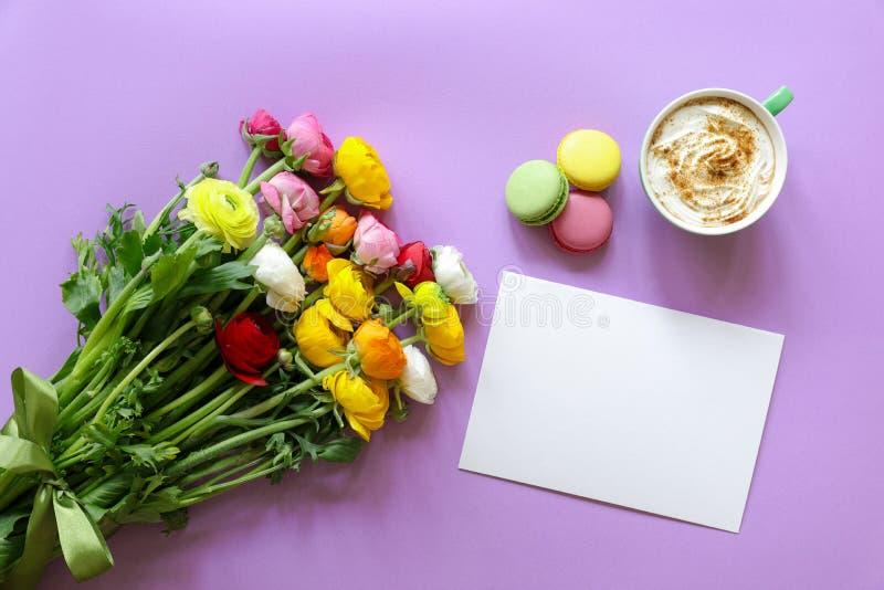 Smörblomman för begreppet för hälsningkortet blommar den färgrika persiska buketten, kopp av cappuccino, och makarons bakar ihop  arkivbild
