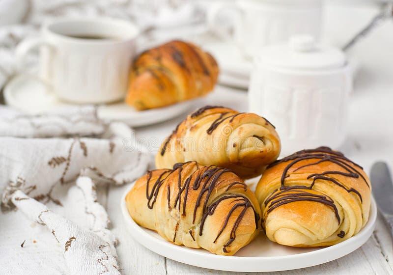 Smördeg rullar med choklad- och kaffekoppen royaltyfri bild