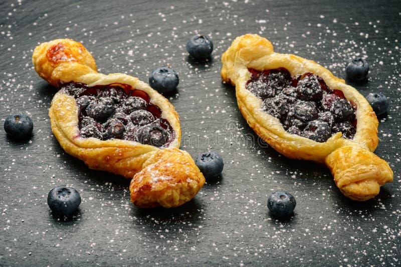 Smördegar med blåbär på svart bakgrund royaltyfri bild