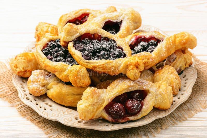 Smördegar med körsbär och blåbär royaltyfri bild