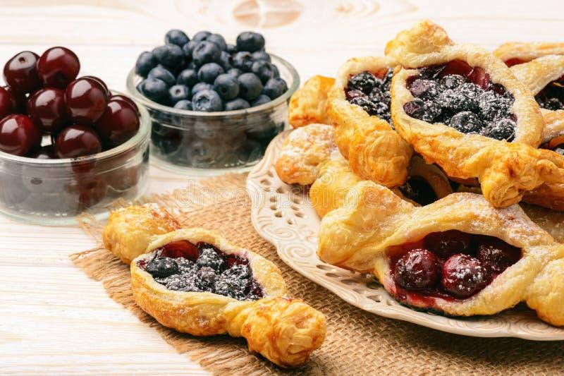 Smördegar med körsbär och blåbär arkivfoto