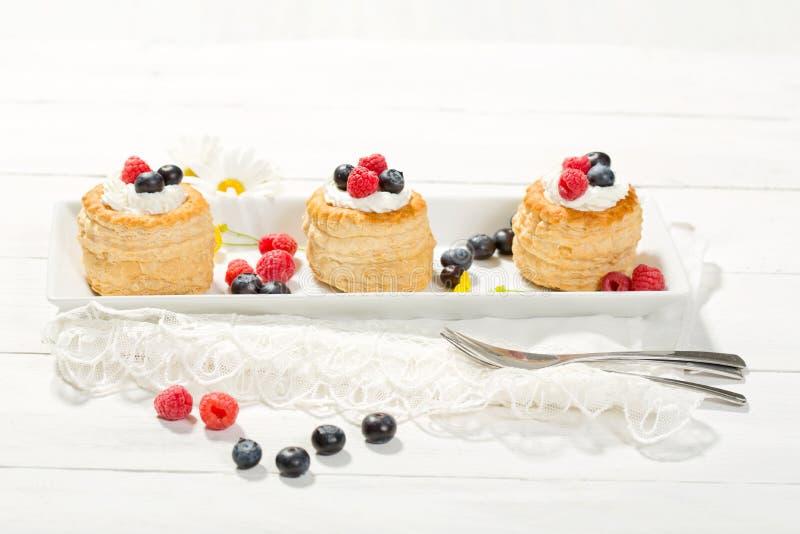 Smördegar med vanilj-icecream och kräm, blåbär och r royaltyfri fotografi