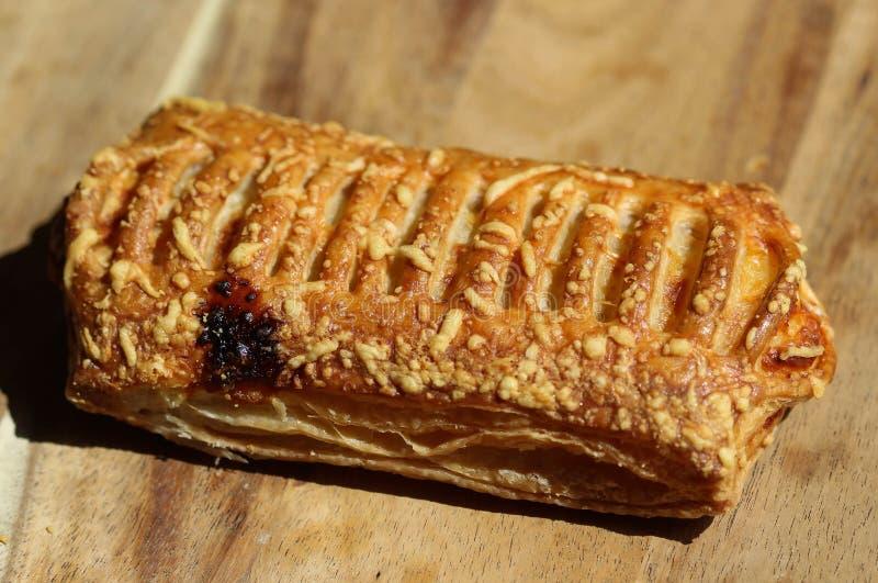 Smördegbröd som fylls med ost, med träbakgrund arkivfoton
