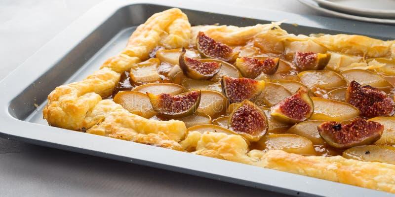 Smördegpaj med päron och fikonträd royaltyfri fotografi