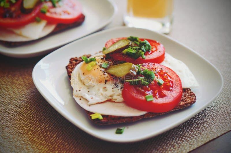 Smörgås med ägget arkivfoton
