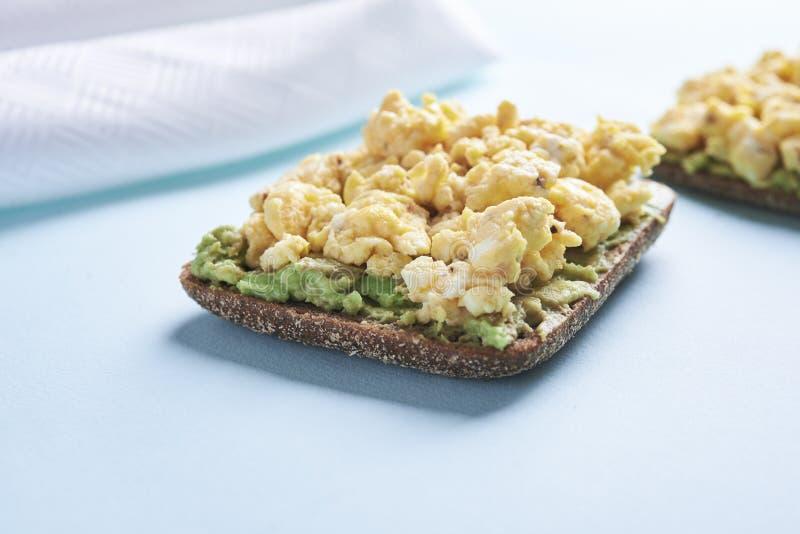 smörgås med ägget och avokadot royaltyfria foton
