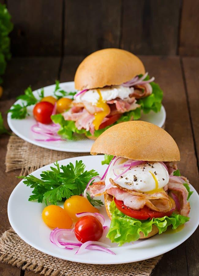 Smörgås med bacon och det tjuvjagade ägget royaltyfri foto