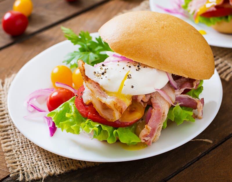 Smörgås med bacon och det tjuvjagade ägget fotografering för bildbyråer