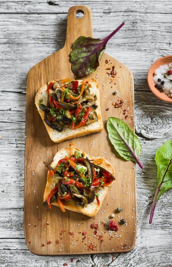 Smörgås med bakade grönsaknjutningar fotografering för bildbyråer