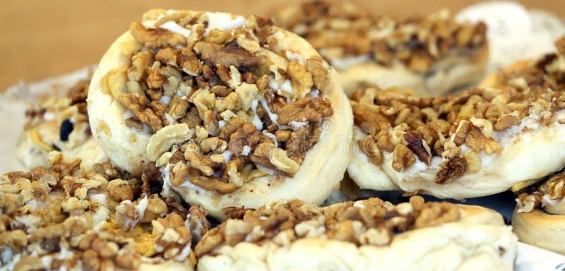 Smörgås med gorgonzola ost och valnötter arkivfoton